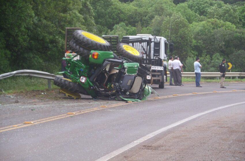 Tratores despencam de caminhão na BR 285