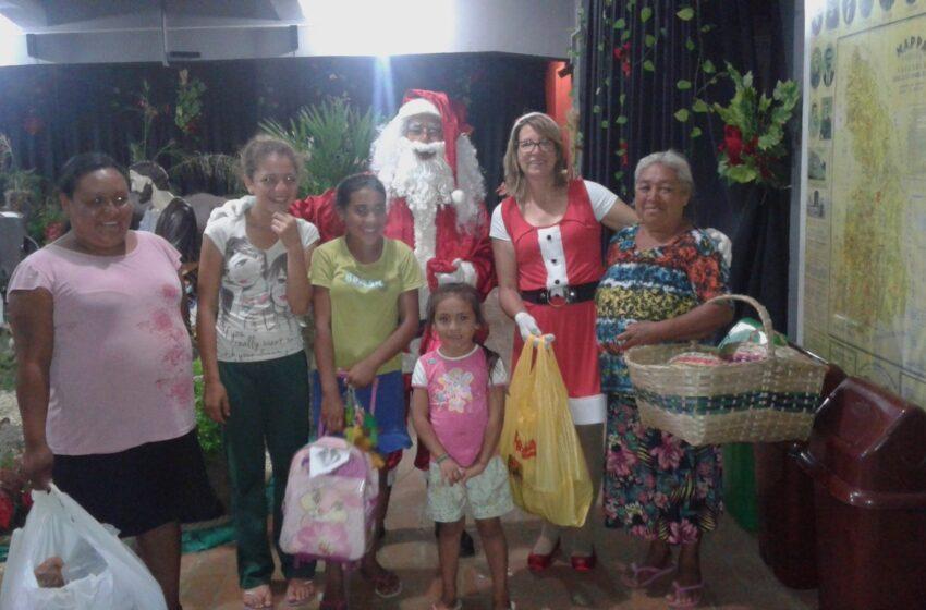 Crianças recebem presentes na Casa do Papai Noel