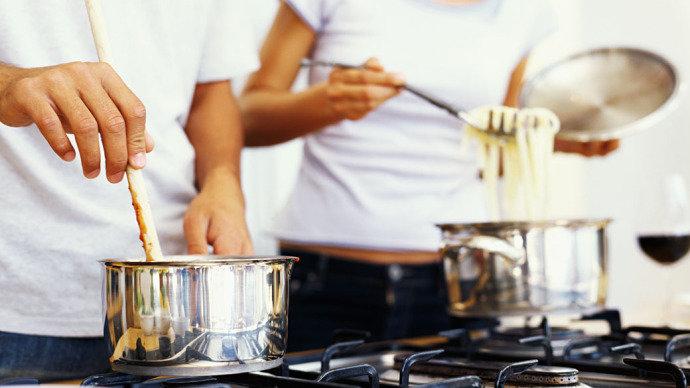 Cozinhar em casa estimula o consumo de alimentos saudáveis e emagrece