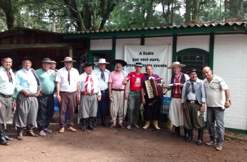 Programa Prosa e Verso com gaiteiro e trovador Lauvir Siqueira reuniu dezenas de pessoas na casa da Rádio Esmeralda