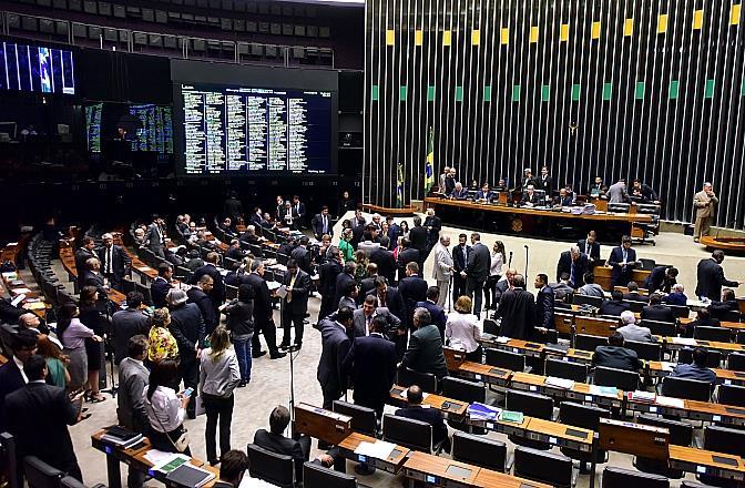 Câmara aprova projeto sobre crime de terrorismo e exclui protestos