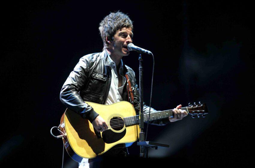 Com cara de mau e hits do Oasis, Noel Gallagher conduz show no Lolla