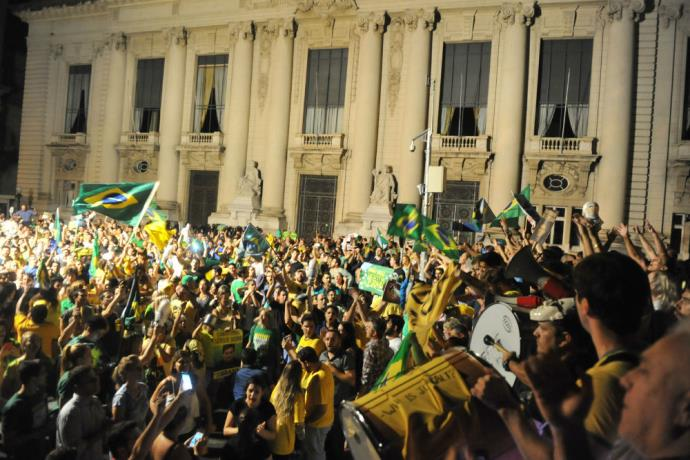 Marcha contra Lula, Dilma e PT reúne cerca de 25 mil em Porto Alegre