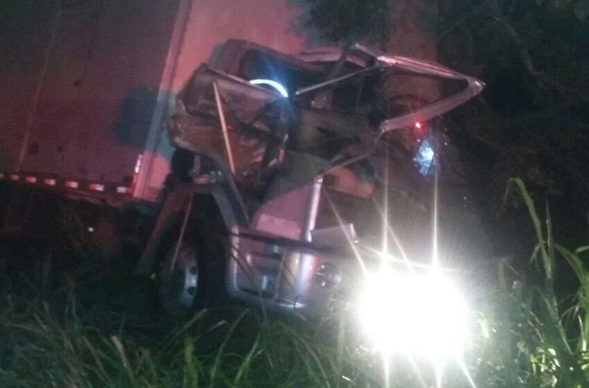 Motorista bate em árvore e fica preso nas ferragens