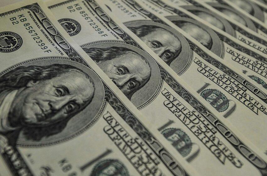 Dólar fecha março com maior queda mensal em 13 anos