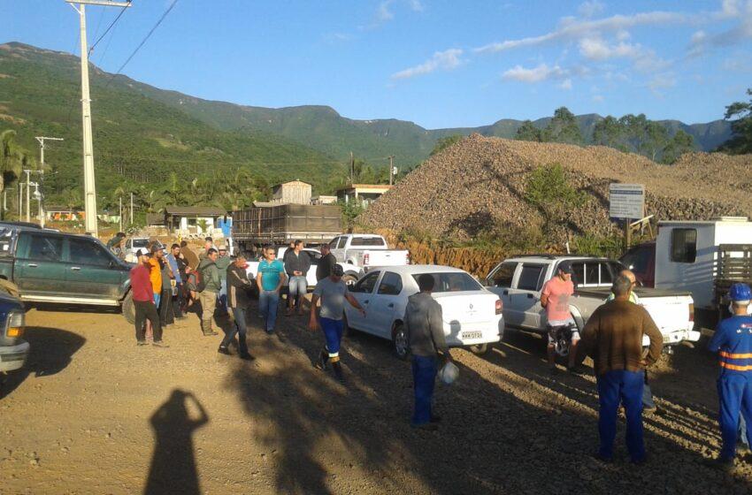 Manifestantes fecham trânsito na Serra da Rocinha