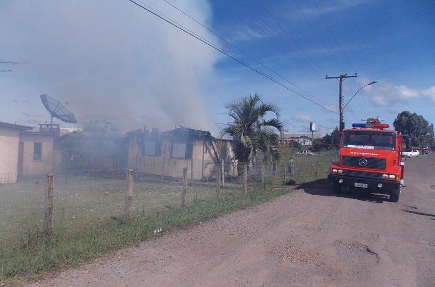 Incêndio destruiu residência no Bairro Santana