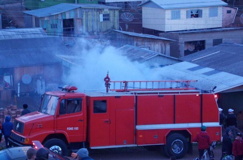 Incêndio destrói residência no Bairro Monte Claro