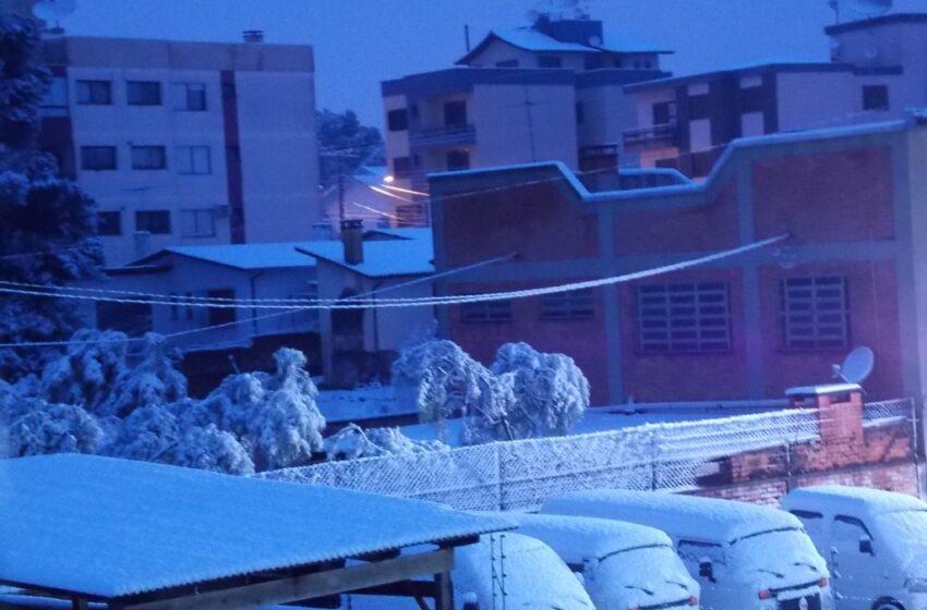 Centenas de pessoas registram imagem da neve no Centro de Vacaria