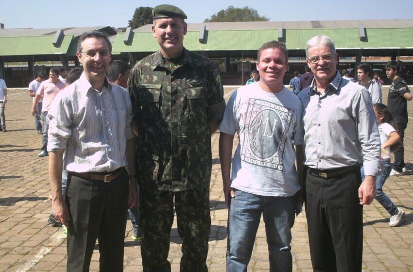 Jovens recebem certificado militar