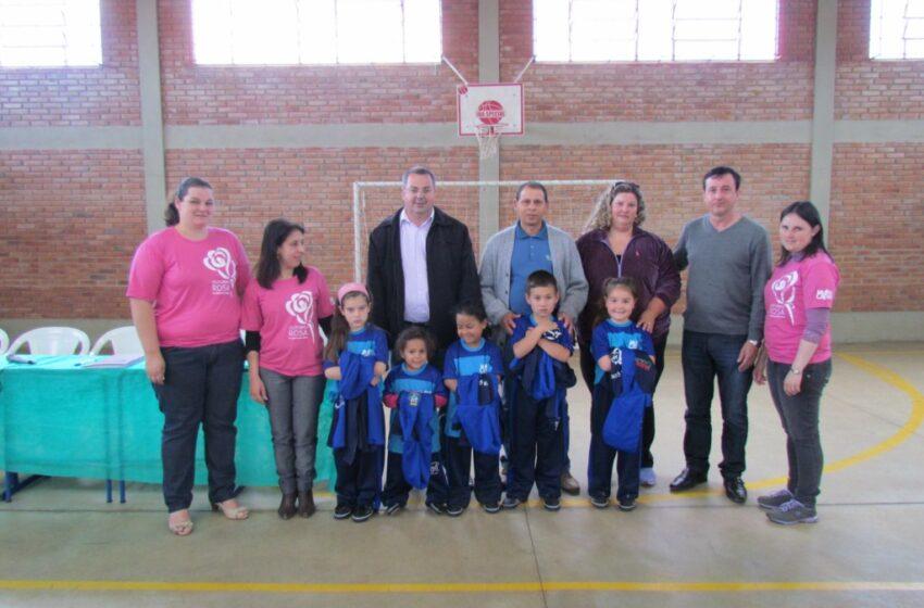 Administração de Muitos Capões realiza a entrega de uniformes da escola Gina Guagnini