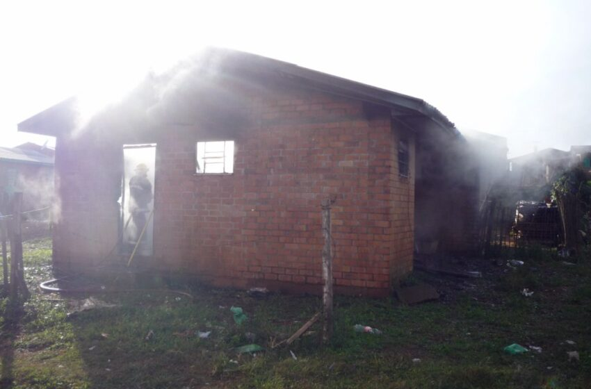 Incêndio destruiu residência no Bairro Municipal