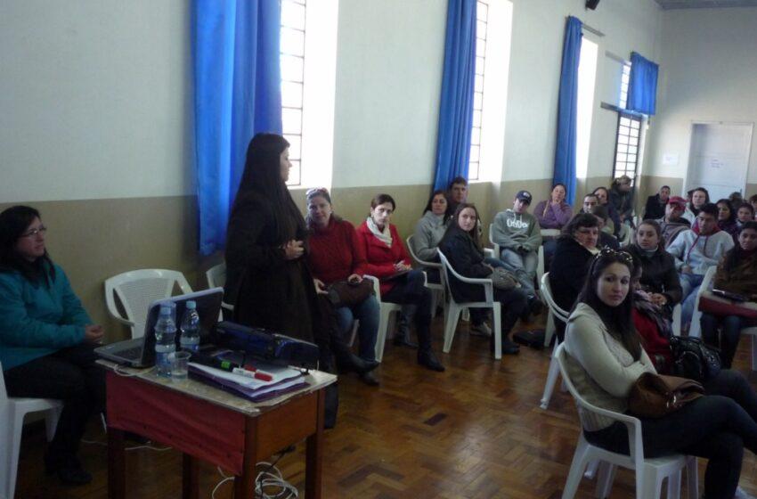 Agente de saúde participam de qualificação para visita domiciliar