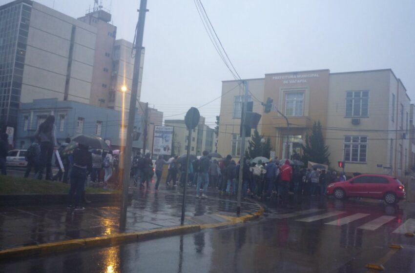 Alunos de escolas estaduais realizam manifestação pacífica em Vacaria