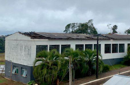 Escola estadual de Muitos Capões espera conserto do telhado