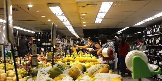 Preço dos alimentos deve baixar com alta dos juros por causa do freio da inflação